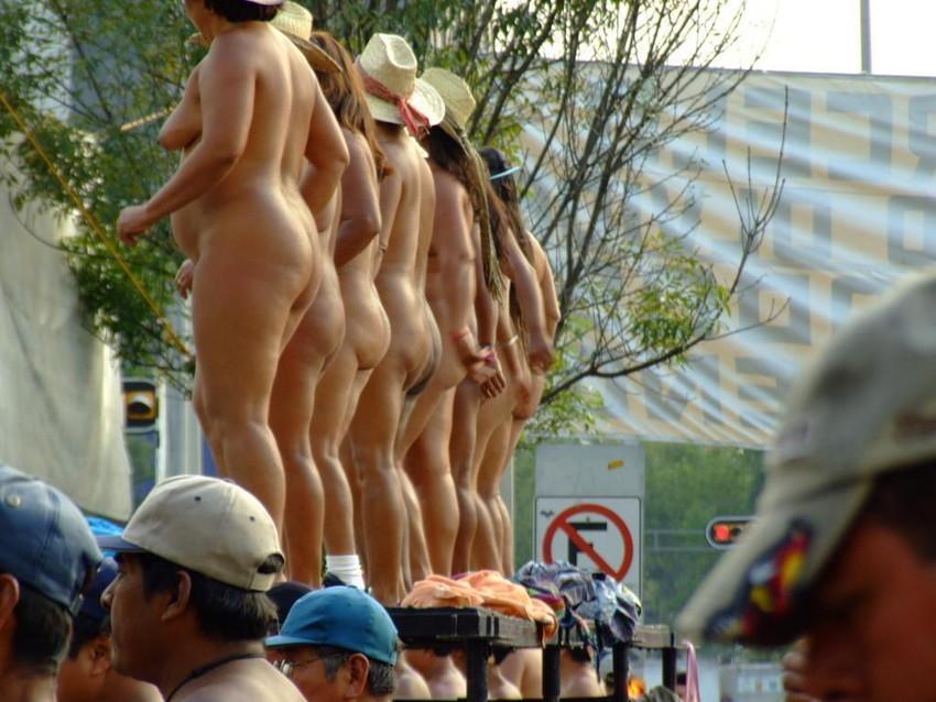 【海外裸祭りエロ画像】レベルが高すぎる!海外の祭りやイベントで全裸を晒す女達! 48