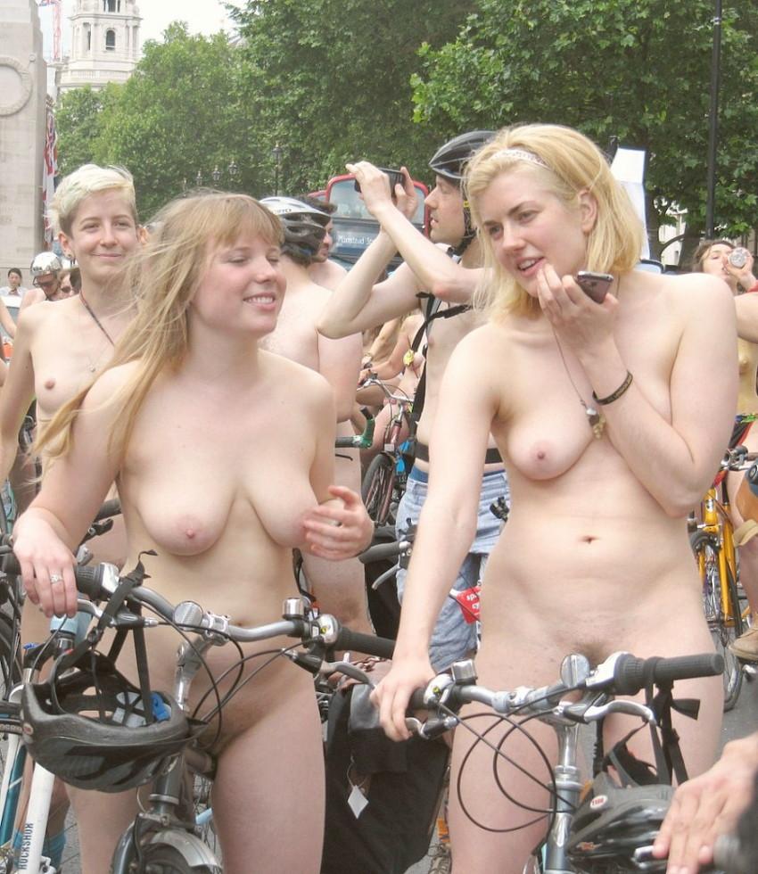 【海外裸祭りエロ画像】レベルが高すぎる!海外の祭りやイベントで全裸を晒す女達! 53