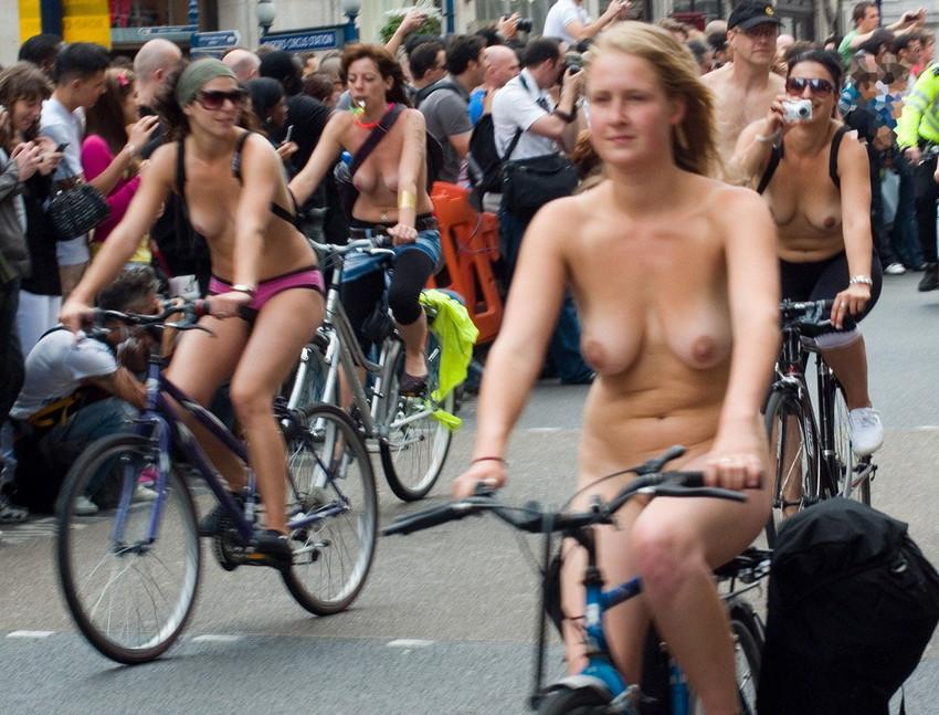 【海外裸祭りエロ画像】レベルが高すぎる!海外の祭りやイベントで全裸を晒す女達! 54