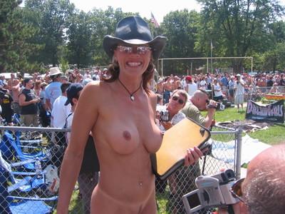 【海外裸祭りエロ画像】レベルが高すぎる!海外の祭りやイベントで全裸を晒す女達! 27