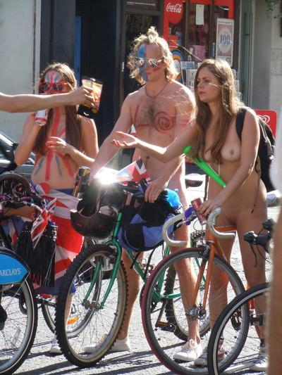 【海外裸祭りエロ画像】レベルが高すぎる!海外の祭りやイベントで全裸を晒す女達! 34