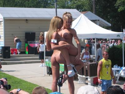【海外裸祭りエロ画像】レベルが高すぎる!海外の祭りやイベントで全裸を晒す女達! 36