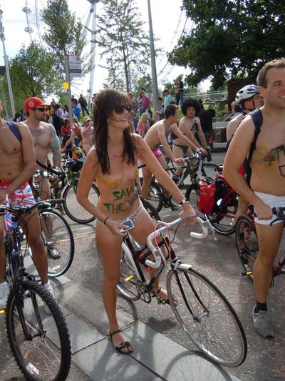 【海外裸祭りエロ画像】レベルが高すぎる!海外の祭りやイベントで全裸を晒す女達! 52
