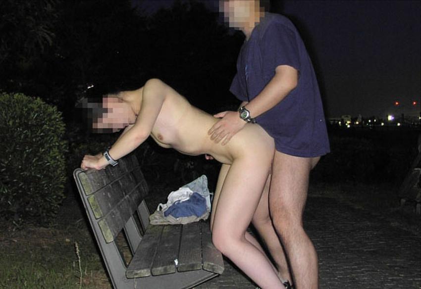 【青姦エロ画像】開放感たっぷり!野外でセックスする開放的なカップルたち! 05