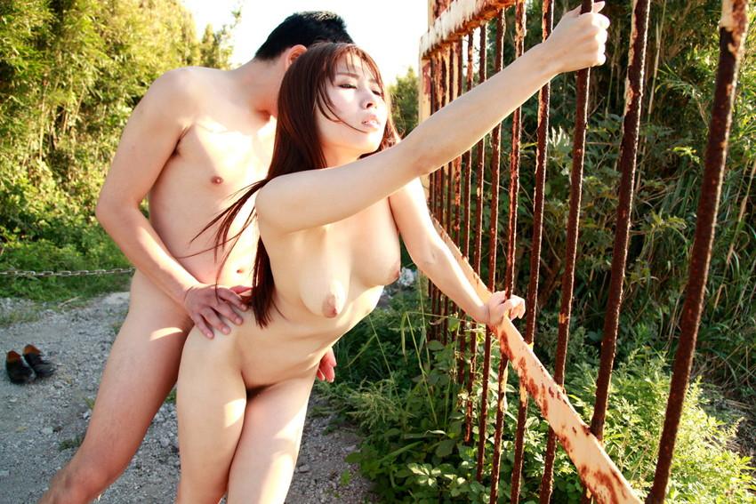 【青姦エロ画像】開放感たっぷり!野外でセックスする開放的なカップルたち! 34