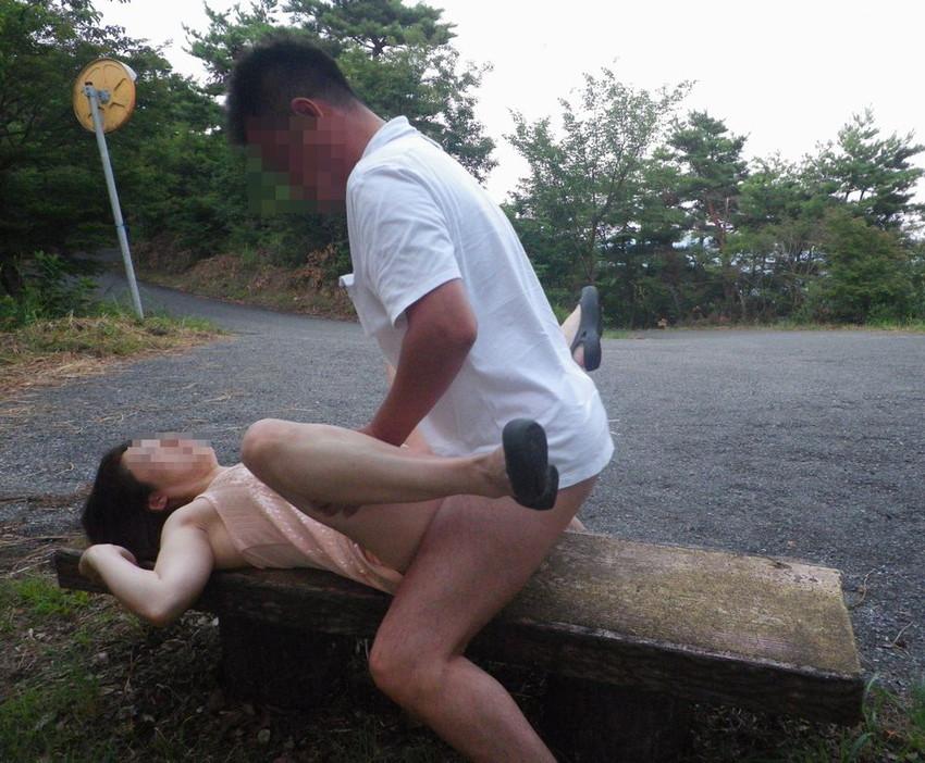 【青姦エロ画像】開放感たっぷり!野外でセックスする開放的なカップルたち! 36