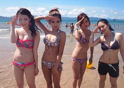 【素人水着エロ画像】ビーチやプールではしゃぐ水着姿の素人娘たち!