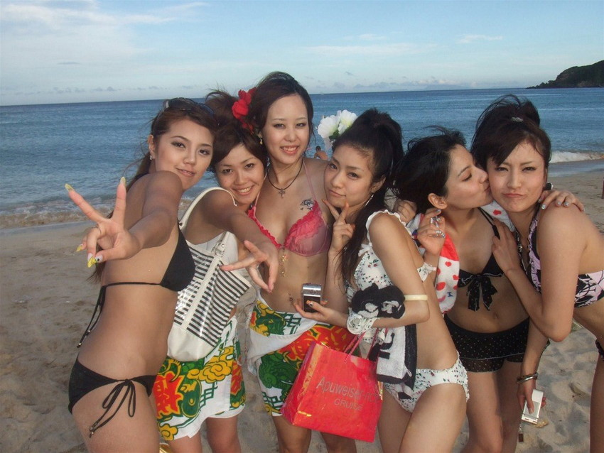 【素人水着エロ画像】ビーチやプールではしゃぐ水着姿の素人娘たち! 29