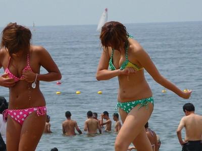 【素人水着エロ画像】ビーチやプールではしゃぐ水着姿の素人娘たち! 05