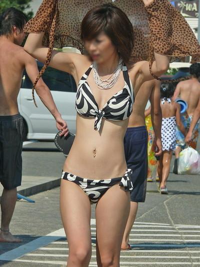 【素人水着エロ画像】ビーチやプールではしゃぐ水着姿の素人娘たち! 32