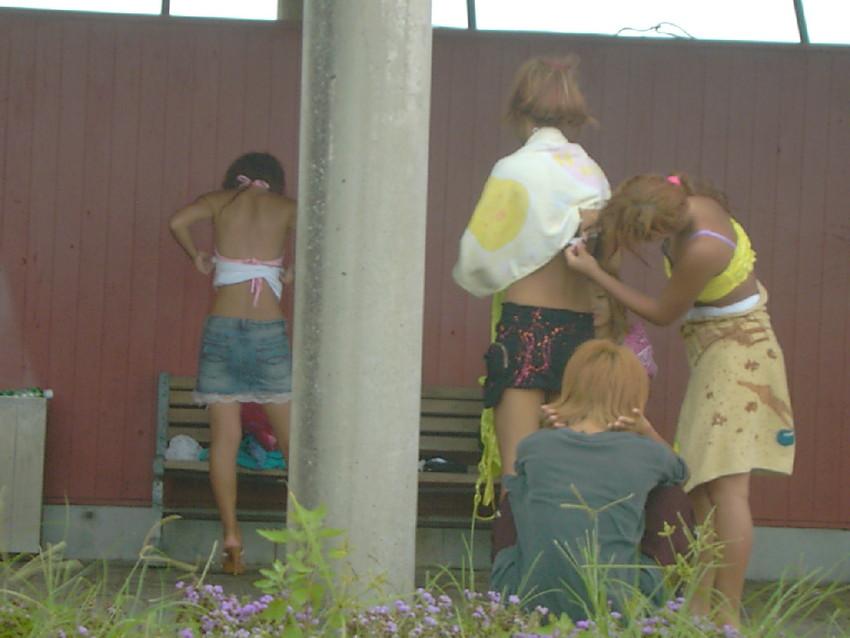 【着替え盗撮エロ画像】まさかカメラがあったなんて!?着替え中を盗撮された素人娘!