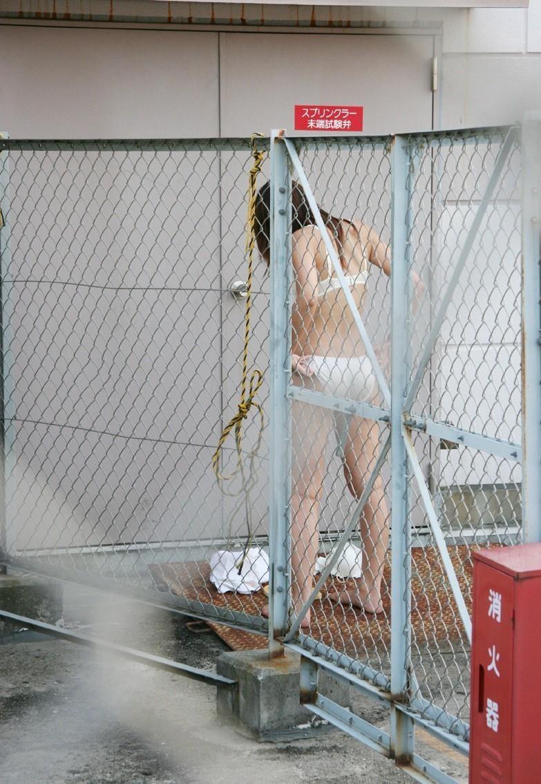 【着替え盗撮エロ画像】まさかカメラがあったなんて!?着替え中を盗撮された素人娘! 08