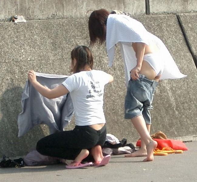 【着替え盗撮エロ画像】まさかカメラがあったなんて!?着替え中を盗撮された素人娘! 10