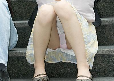 【素人パンチラエロ画像】素人娘たちの街中でのパンチラシーン!めっちゃ抜ける!