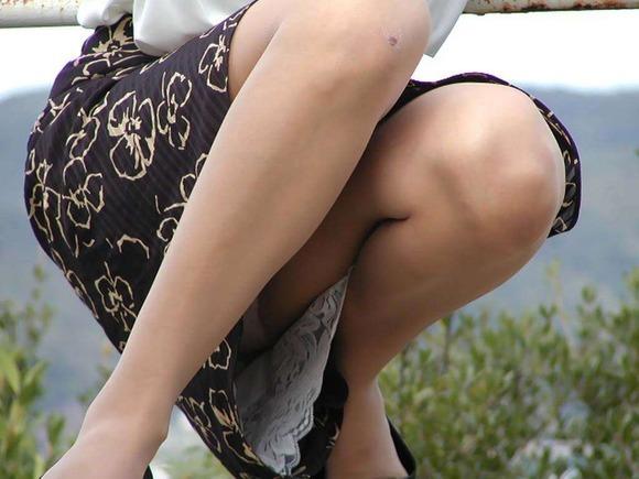 【素人パンチラエロ画像】素人娘たちの街中でのパンチラシーン!めっちゃ抜ける! 03