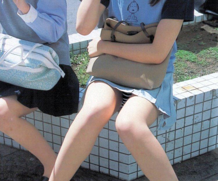 【素人パンチラエロ画像】素人娘たちの街中でのパンチラシーン!めっちゃ抜ける! 08