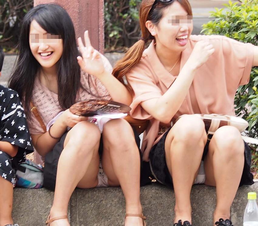 【素人パンチラエロ画像】素人娘たちの街中でのパンチラシーン!めっちゃ抜ける! 16