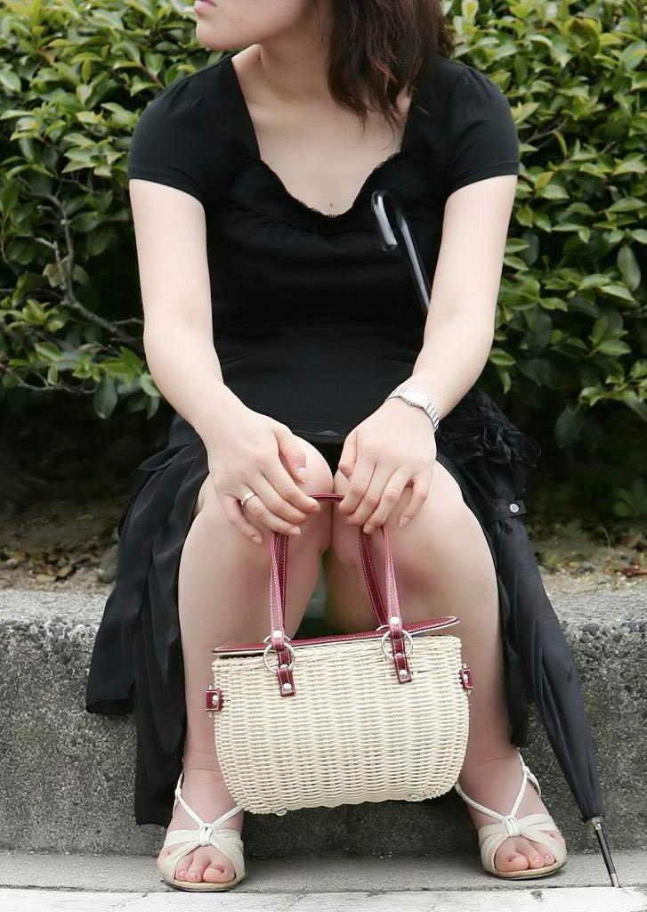 【素人パンチラエロ画像】素人娘たちの街中でのパンチラシーン!めっちゃ抜ける! 22