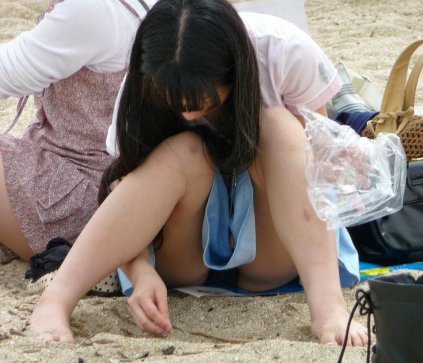 【素人パンチラエロ画像】素人娘たちの街中でのパンチラシーン!めっちゃ抜ける! 26