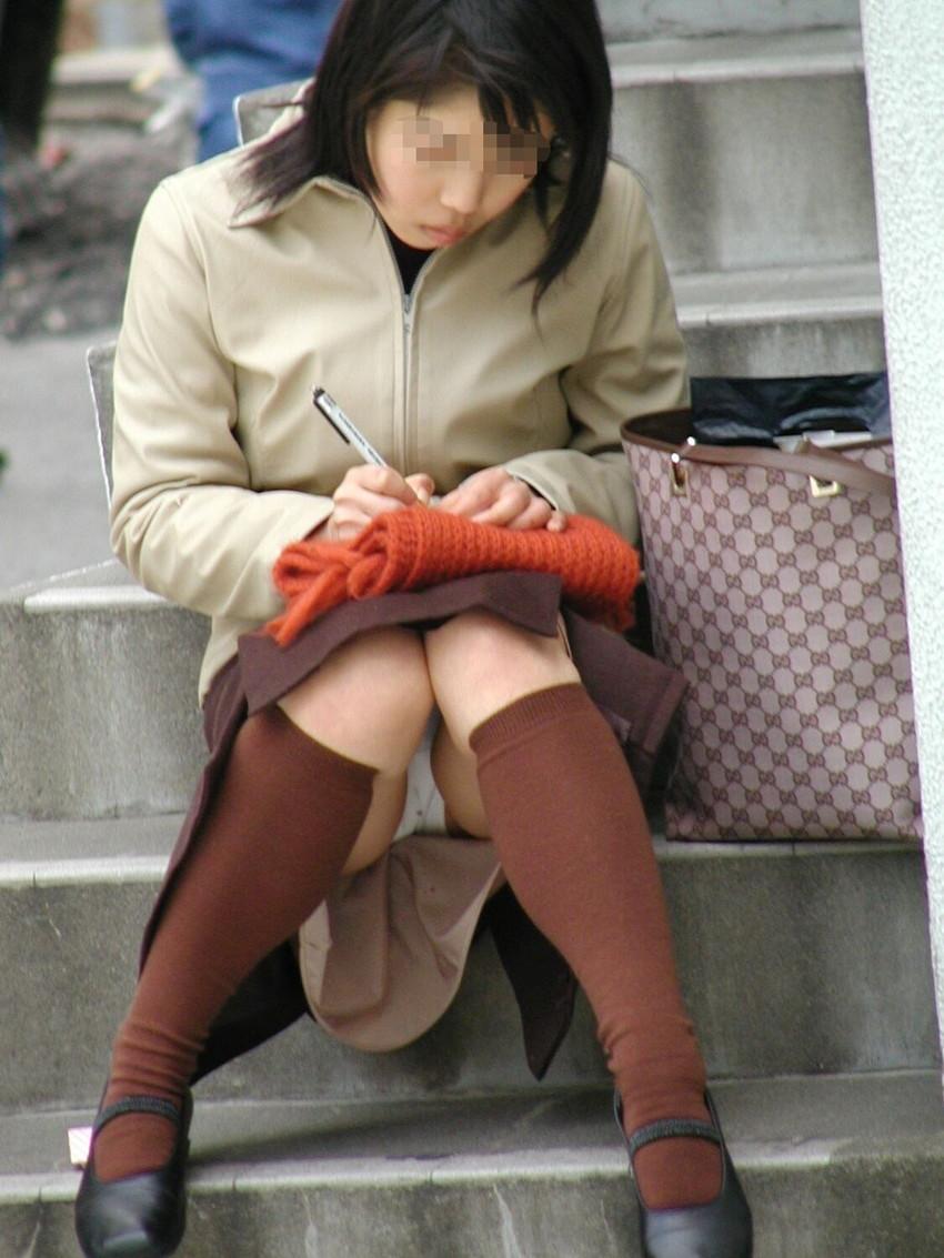 【素人パンチラエロ画像】素人娘たちの街中でのパンチラシーン!めっちゃ抜ける! 34