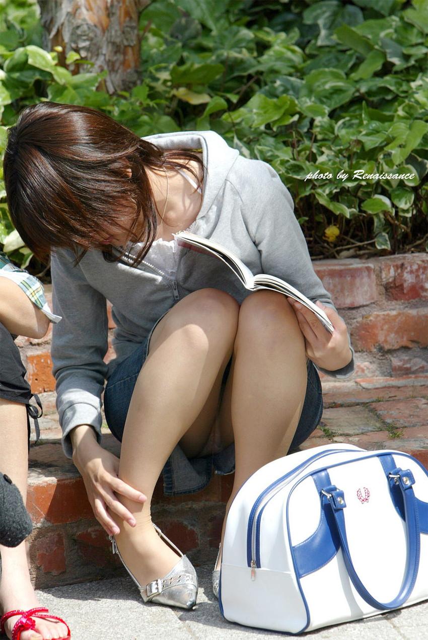 【素人パンチラエロ画像】素人娘たちの街中でのパンチラシーン!めっちゃ抜ける! 38