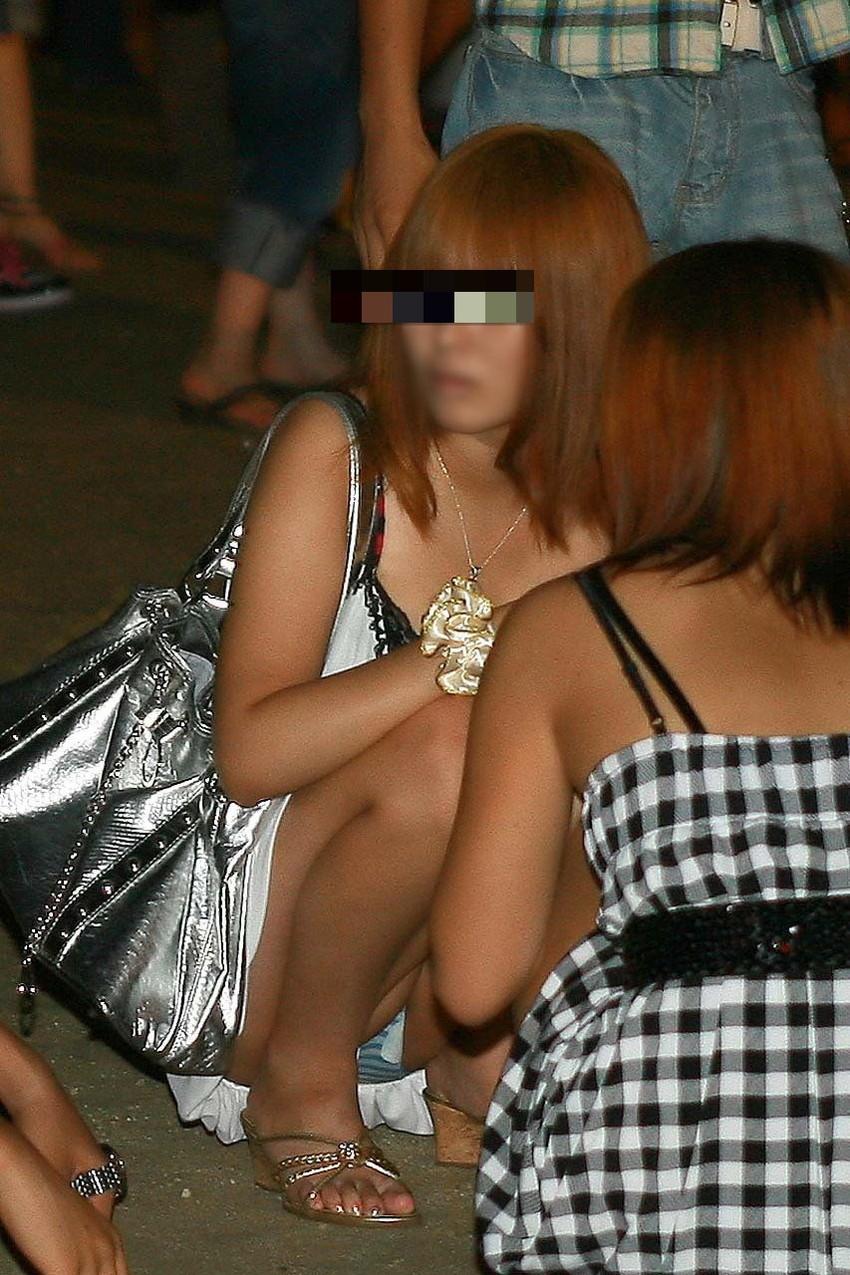 【素人パンチラエロ画像】素人娘たちの街中でのパンチラシーン!めっちゃ抜ける! 40