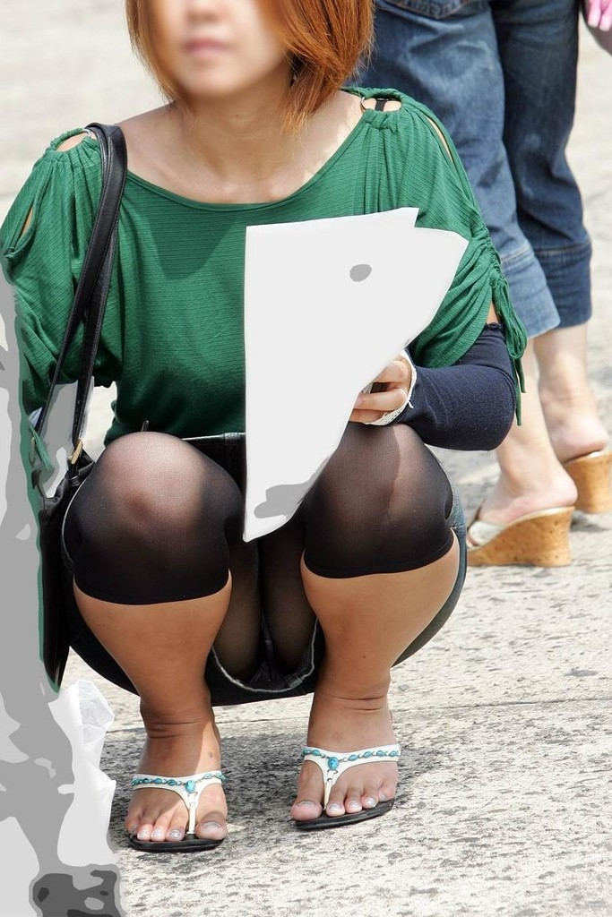 【素人パンチラエロ画像】素人娘たちの街中でのパンチラシーン!めっちゃ抜ける! 42