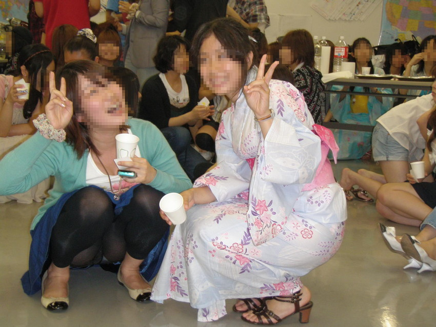 【素人パンチラエロ画像】素人娘たちの街中でのパンチラシーン!めっちゃ抜ける! 52