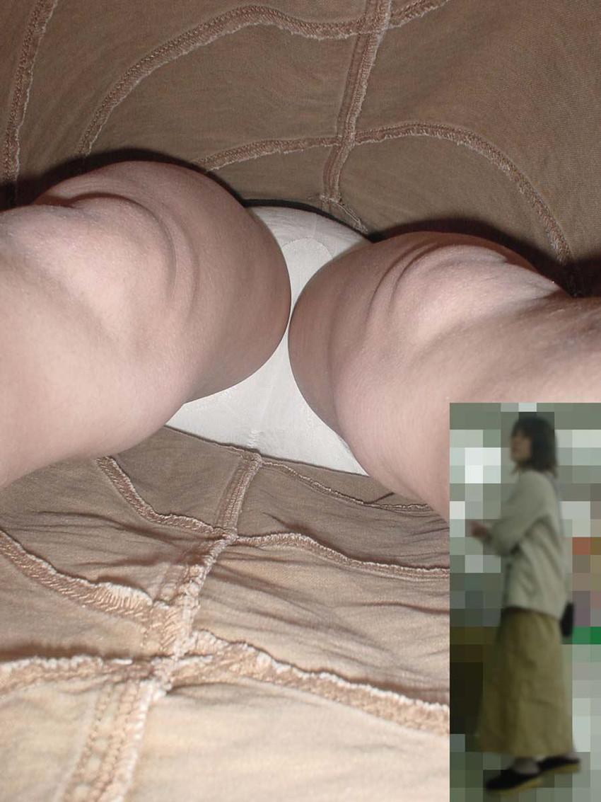 【パンチラ逆さ撮りエロ画像】スカートの中身を真下から狙った逆さ撮り! 39