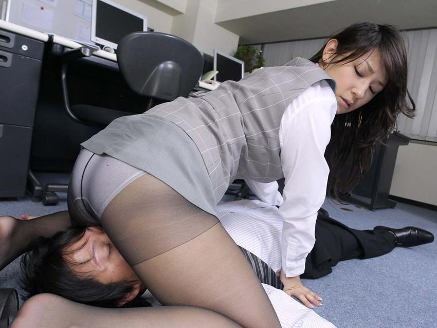 【顔面騎乗エロ画像】女の子が自らクンニをねだる行為!?顔面騎乗! 12
