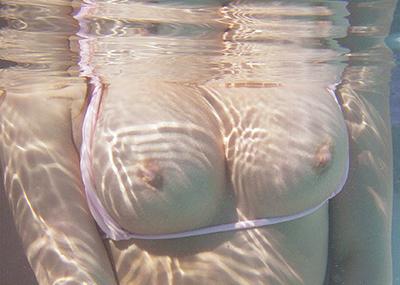 【水中エロ画像】水中カメラが収めたエロス!こんなに水中ってエロいぞ!