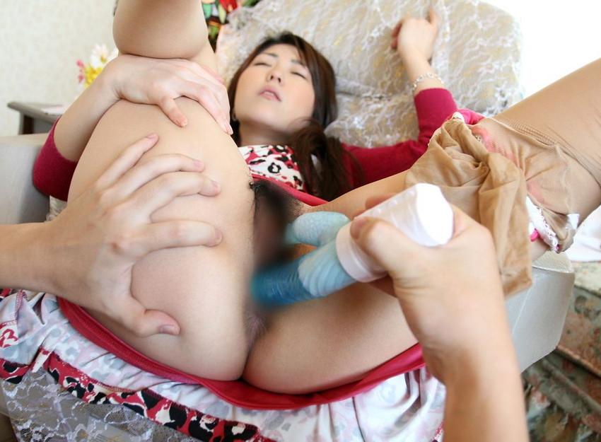 【バイブエロ画像】バイブをオマンコに突っ込まれて気持ちよさそうにしている女たち! 32