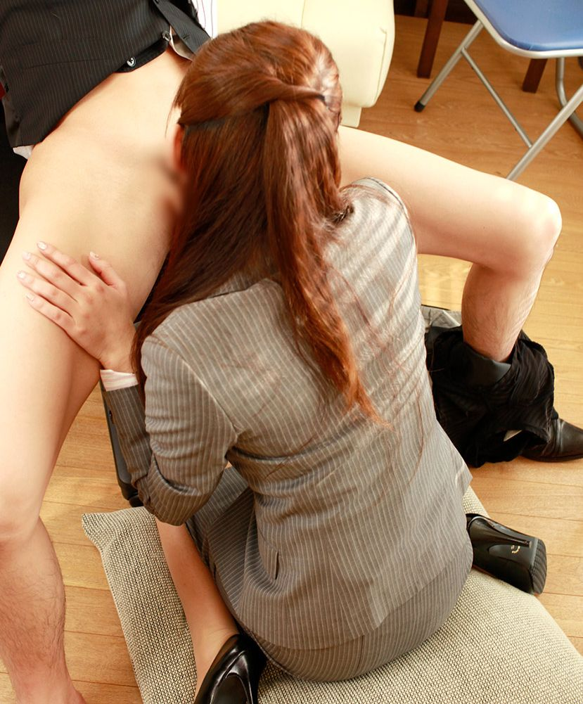 【フェラチオエロ画像】男の象徴、男性器を愛おしそうに舐める女たち! 10