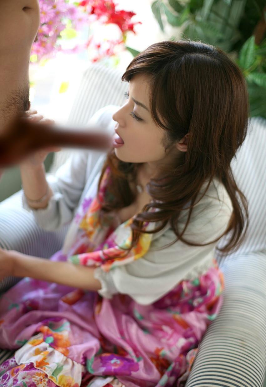 【フェラチオエロ画像】男の象徴、男性器を愛おしそうに舐める女たち! 28