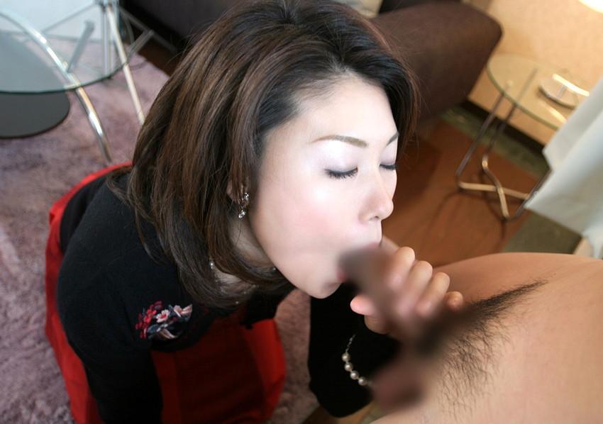 【フェラチオエロ画像】男の象徴、男性器を愛おしそうに舐める女たち! 43