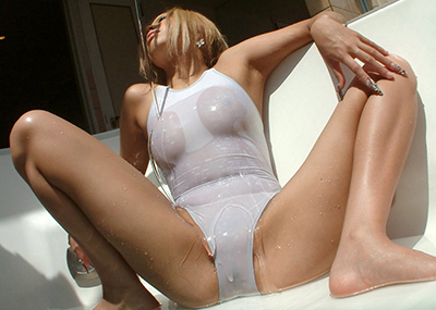 【着衣透けエロ画像】滴る水に透けてしまった着衣!スケスケな女の子!