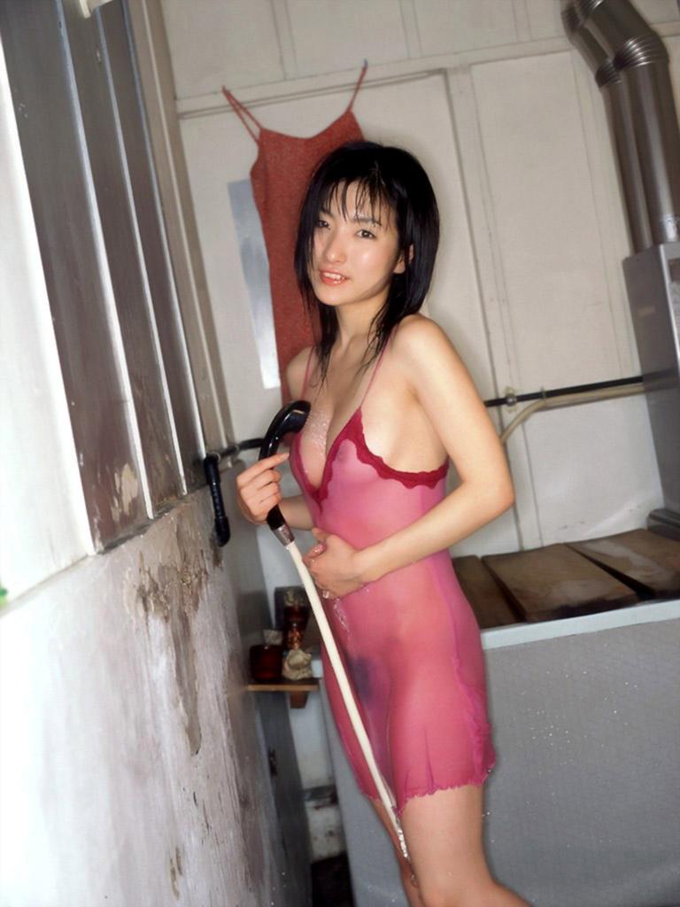【着衣透けエロ画像】滴る水に透けてしまった着衣!スケスケな女の子! 15