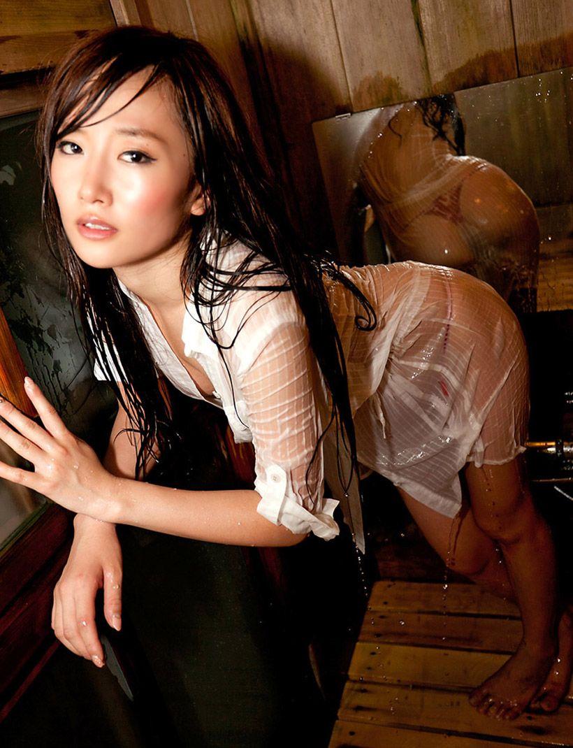 【着衣透けエロ画像】滴る水に透けてしまった着衣!スケスケな女の子! 33