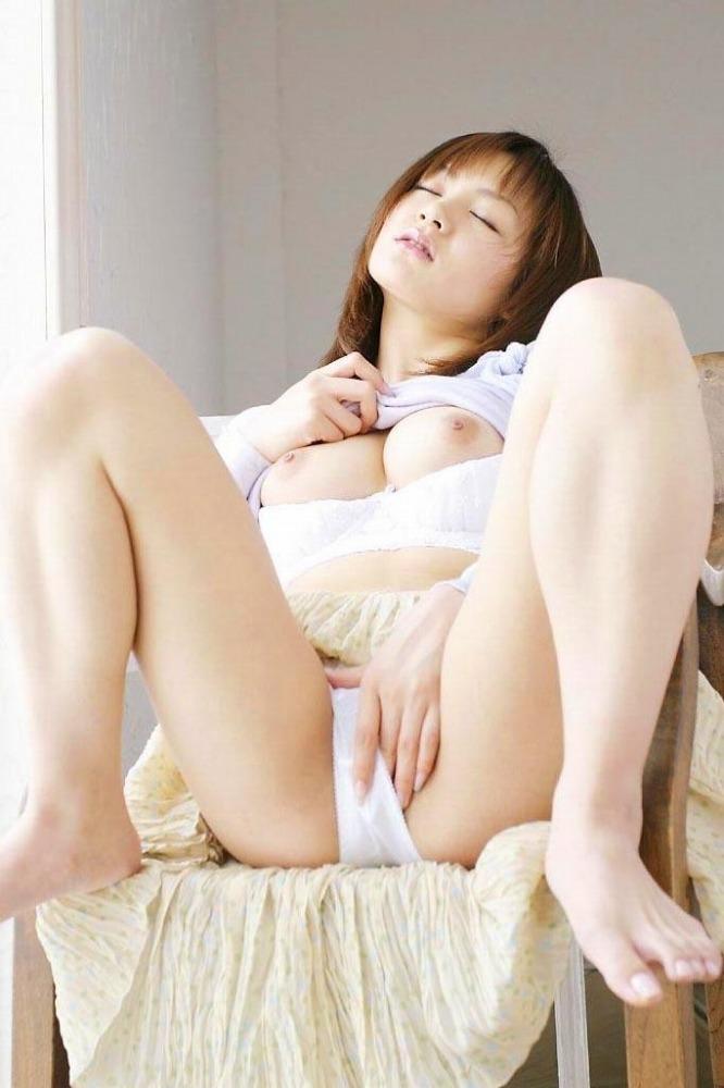 【M字開脚エロ画像】足をMの字に開くとやっぱり強調されるのは股間だなw 25