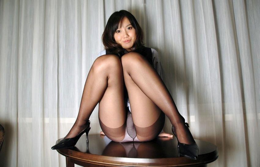 【M字開脚エロ画像】足をMの字に開くとやっぱり強調されるのは股間だなw 47
