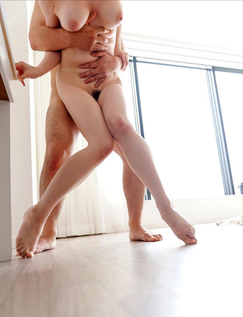 【立ちバックエロ画像】青姦でお馴染みのセックスの体位といえば立ちバック! 03