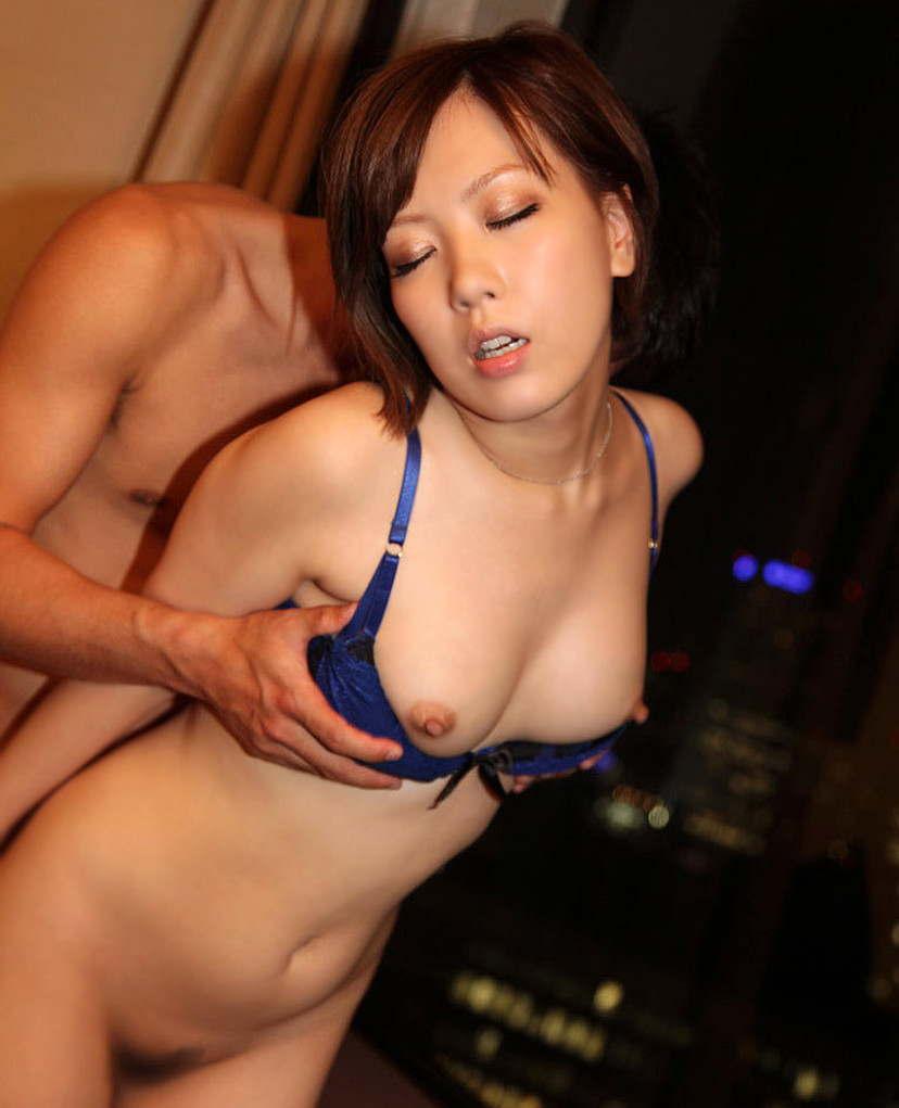 【立ちバックエロ画像】青姦でお馴染みのセックスの体位といえば立ちバック! 16