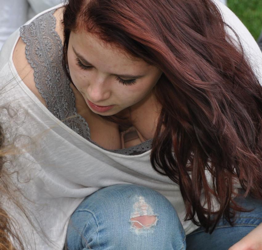 【海外胸チラエロ画像】海外女性ってどうしてブラしないの?異文化万歳w 17