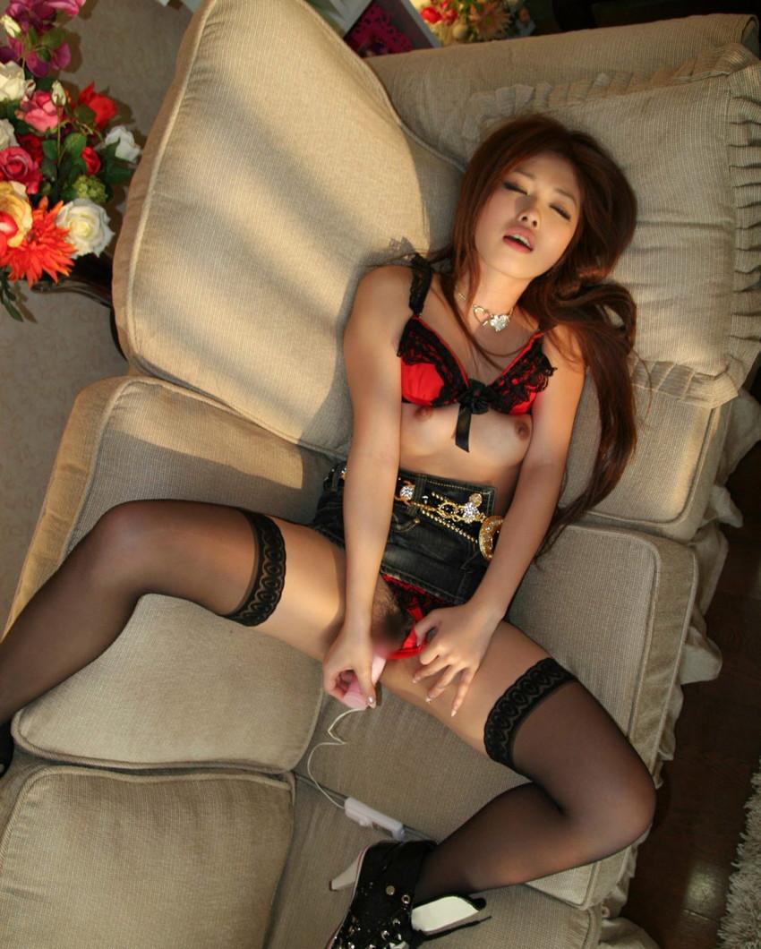 【オナニーエロ画像】大迫力!女の子たちの卑猥なオナニー特集! 31