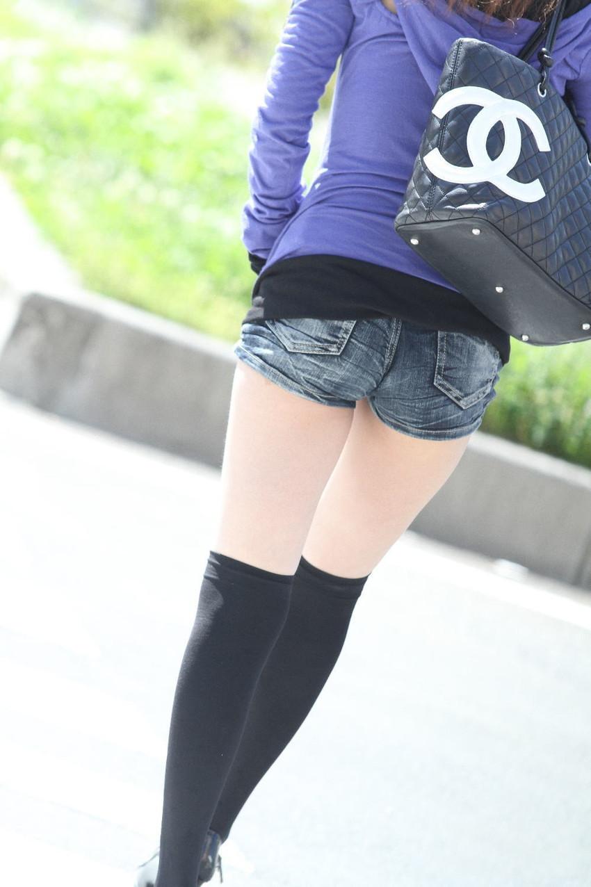 【ホットパンツエロ画像】街中で見かけたらつい目で追ってしまうホットパンツ! 11