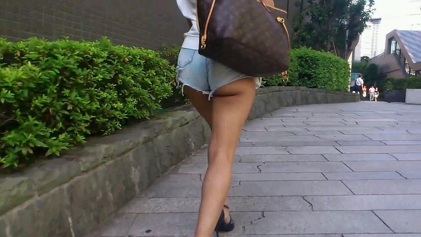 【ホットパンツエロ画像】街中で見かけたらつい目で追ってしまうホットパンツ! 25
