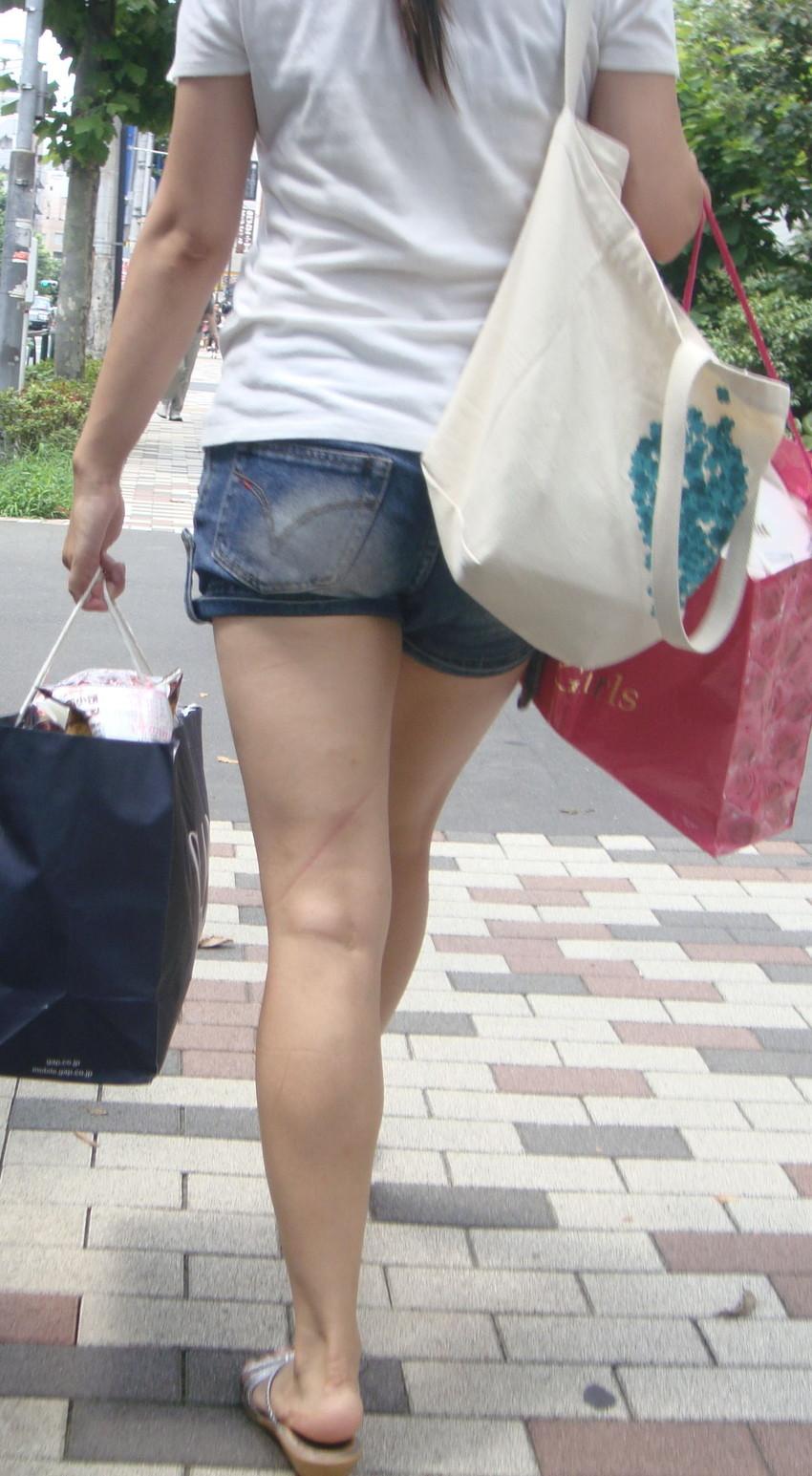 【ホットパンツエロ画像】街中で見かけたらつい目で追ってしまうホットパンツ! 44