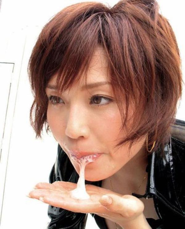 【口内発射エロ画像】大量のザーメンを流し込まれた女の子の口からザーメンがタラリ… 26