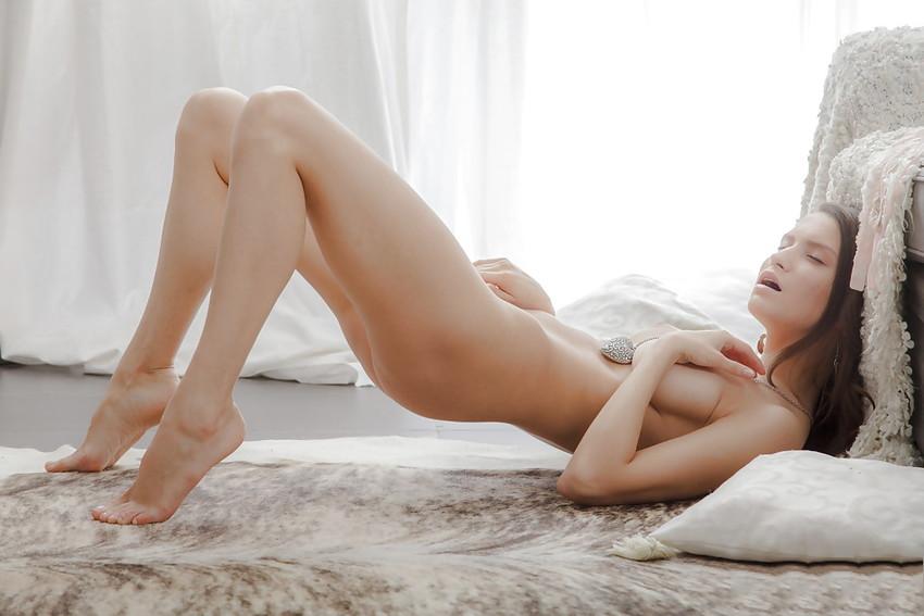 【海外オナニーエロ画像】海外の女の子たちもやっぱりシテいる!海外美女オナニー! 24