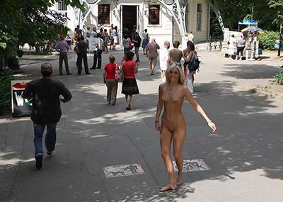 【海外野外露出エロ画像】どこか非現実的な海外の女の子たちの海外野外露出!